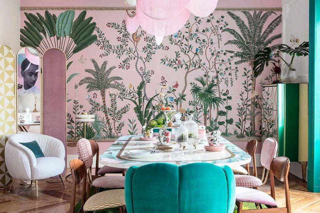 Pink and green dining room with bold Chinoiserie wallpaper by de Gournay and mid century furniture